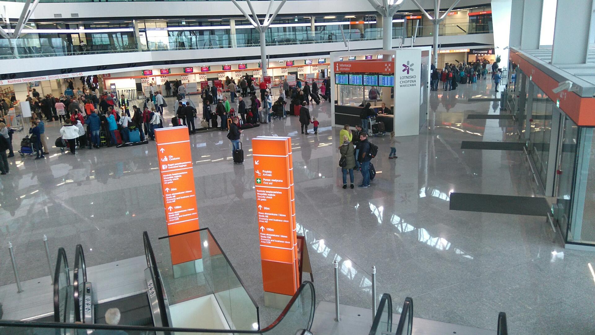 Dostawa i montaż pętli indukcyjnych dla osób słabosłyszących na Lotnisku Chopina w Warszawie